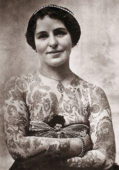 Edith Burchett, Ehefrau des Tattoo-Künstlers George Burchett, London, ca. 1920, © The Amsterdam Tattoo Museum, Amsterdam