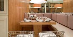 O estofado escolhido para compor o ambiente garante o conforto nesta sala de almoço. Projeto da arquiteta Maithia Guedes.