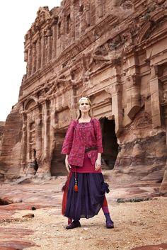 """Herbstmode 2012 - Fuchsiafarbene Bluse 'Fatima':  Die Bluse aus der Kollektion """"Fatima"""" ist aus Baumwolle und mit einem Muster der Erde versehen. Das Modell ist weit geschnitten, hat aufwändige Stickereien am Ausschnitt und eine Knopfleiste mit Perlmuttknöpfen. Kombiniert ist die Baumwollbluse mit einem Rock und passenden Accessoires aus der Herbstkollektion von Gudrun Sjödén.  http://www.gudrunsjoeden.de/Blusen-Tuniken--40056d.html"""