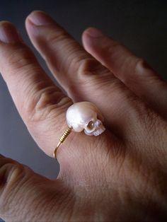 Plutôt doués de ses dix doigts, l'artiste japonais Shinji Nakaba passe ses journées à tailler des perles pour créer de jolis bijoux un poil glauques mais ultra-bath. Et que vous aimiez ou non les tête