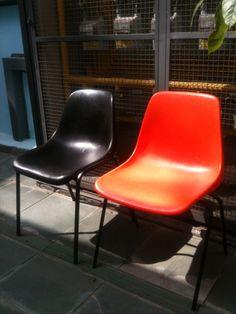 cadeiras de plastico por @Retrozaria Art  Cliente: Escola São Paulo.