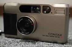 CONTAX コンタックス T2 フィルムカメラご覧頂きましてありがとうございます。CONTAX コンタックス T2 フィルムカメラの出品になります。譲り受けた品です。シャッター・フラッシュ動作のみ確認できました。専門知識に精通していないため、専門的な内容はお答えが難しいため、詳細な状態は写真を参考にご判断下さい。付属品は画像が全てです。現状渡しとなりますので、中古品、またはジャンク品に神経質な人はご遠慮ください。ジャンク商品に関しては如何なる場合でも保証はありません。よってノークレーム・ノーリターン厳守で