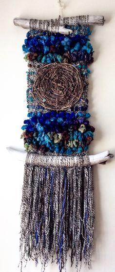 Risultati immagini per weaving passementerie Weaving Textiles, Weaving Art, Weaving Patterns, Tapestry Weaving, Loom Weaving, Hand Weaving, Weaving Wall Hanging, Wall Hangings, Peg Loom