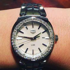 """@tagheuer představil v Basileji i nové dámské modely legendární kolekce """"Link"""", která je specifická články tahu ve tvaru """"S"""". Nejde jen o designový prvek - tah díky tomu pevně, ale současně příjemně drží na zápěstí. #tagheuer #link #tagheuerlink #linklady #diamonds #diamondsarewomansbestfriend #diamondsAreForever #ladieswatches #watchesoginstagram #wristshot #watchanish #watchoftheday"""