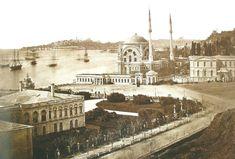 Dolmabahçe, 1862 Sol taraf saray. Saat kulesinin yapımına daha çok var (1890-1895). Caminin bahçe duvarı köşesinde bulunan sebil henüz eski yerinde. Sağda görünen ise saray tiyatrosu.