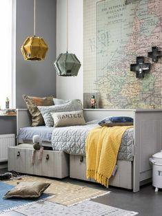 idée chambre ado garçon, carte géographique, lampes bricolées originales, rangement sous lit