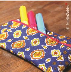 Cute retro back-to-the-seventies-pouch for storing pens, pencils, make-up, toys or other things. Pattern by StudioZakka Vintage Pens, Diy Tutorial, Pot Holders, Pencil, Pouch, Tutorials, Retro, Sewing, Toys