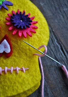 Artelexia: Day of the Dead DIY Embroidered Felt Sugar Skull +tips for sewing Day Of The Dead Diy, Day Of The Dead Party, Felt Diy, Felt Crafts, Felt Skull, Mexican Art, Mexican Skulls, Halloween Crafts, Halloween Felt