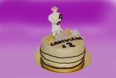 Personlig tilpasset kake. Her drev jubilanten med karate og hadde nettopp fått svart belte. Dette gjennspeiler seg i kaken. Ett morsomt innslag er at han har sparket av den ene bokstaven og tatt den i mot.  Kan lages både som sjokoladekake og marsipanbløtkake. Ta kontakt for mer info på post@bellakaker.no eller ta en titt på websiden min www.bellakaker.no