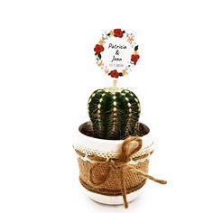 Detalle de boda con cactus o suculenta natural montado en maceta ceramica con cubremacetas de yute y decorada con cinta. Elegante detalle de boda, comunión o fiesta para regalar a tus invitados y para conservar un hermoso recuerdo de este gran día. Cactus Y Suculentas, Christmas Ornaments, Holiday Decor, Natural, Guest Gifts, Wedding Day Gifts, Mini Cactus Garden, Trendy Wedding, Unique Weddings