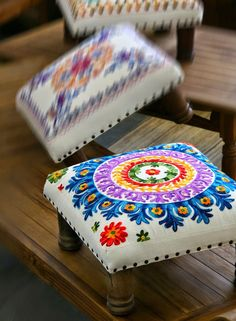 Embroidery work on pillows. Mexican Embroidery, Hand Embroidery Patterns, Embroidery Stitches, Modern Embroidery, Machine Embroidery, Embroidery Designs, Home Decor Furniture, Diy Home Decor, Decoration Bedroom