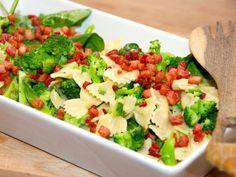 Nem og hurtig pasta med spinat, sprøde bacontern, broccoli og en lækker æggesauce med hvidløg. Foto: Guffeliguf.dk.