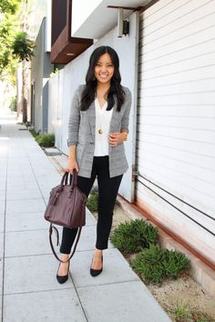 Comparing 6 Slacks for Work Across Different Brands and Price Ranges business casual: grey and white blazer + white blouse + black pants + black flats + maroon purse. Jeans Outfit For Work, Blazer Outfits For Women, Outfits Otoño, Work Attire, Black Outfits, Cheap Outfits, Fashion Outfits, Fashion 2018, Womens Fashion