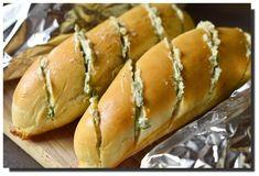 Rozpékané bagetky s bylinkovým máslem – PEKÁRNOMÁNIE Hot Dog Buns, Hot Dogs, Bread, Recipes, Food, Brot, Recipies, Essen, Baking