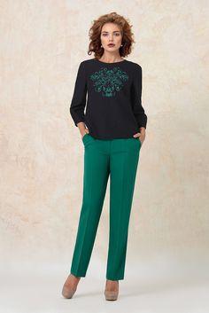 Без теплого свитшота этой осенью ну никак не обойтись! А на изумрудный цвет этих брюк можно любоваться бесконечно:) Capri Pants, Suits, Fashion, Moda, Capri Trousers, Fashion Styles, Fasion, Suit, Costumes