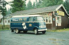 Varetransport i Tiedemanns varebil. Reklame for Rothmans King Size sigaretter på bilen