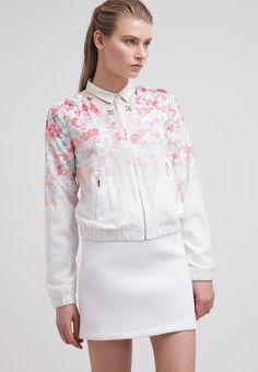Wunderschöne Jacke in hellem Rosa und Weiß von #mint&berry. Dank dem Blümchenmuster und den #Pastelltönen sorgt diese Jacke für einen tollen Look. ♥ ab 59,95 €