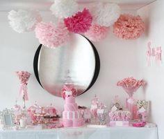 mesa dulces en tonos rosas con pompones
