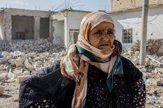 ΑΠΕΛΠΙΣΙΑ - Συρία: Η Αμνέχ έφυγε με την οικογένειά της από την συνοικία Αλ Μισλάμπ ανατολικά της Ράκα, πριν από οκτώ μήνες. Επέστρεψε μετά από καιρό για να ελέγξει το σπίτι της. Τα περισσότερα σπίτια στην περιοχή είχαν καταστραφεί. Η Αμνέχ στέκεται μπροστά από τα ερείπια του σπιτιού της εγγονής της. «Θα προσπαθήσουμε να το ξαναφτιάξουμε, αλλά δεν υπάρχουν ακόμη υπηρεσίες στην περιοχή» λέει. (Νοέμβριος 2017)COPYRIGHT: Diala Ghassan/MSF