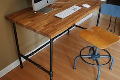 Industrial desk with Oak top and steel pipe legs por UrbanWoodGoods