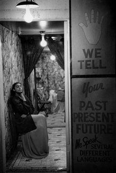 Henri Cartier-Bresson, Diseuse de bonne aventure, Reno, Nevada, USA, 1947. © Henri Cartier-Bresson/Magnum Photos.