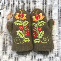Embroidery wool felt mittens - finished, with the whole project recap and tips. Click through to Needle 'n Thread!