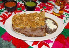 Enchiladas del patron; Tortillas recién elaboradas, cubiertas de salsa roja y queso fresco de leche de vaca; picosas del Patrón, Verdes con queso o Huevo, en salsa de ajonjolí o en salsa de chorizo. Se sirven con una guarnición de frijoles negros y tasajo cecina.