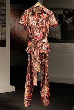 Conjunto camisa-calça castanho com flores grandes em cor de rosa, branco e laranja, de Teresa Castro na série Depois do Adeus