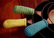 """JUST what I need now that I've acquired a new Cast Iron skillet! from """"Tasty Crochet"""" Cast Iron Skillet Handle covers Bunny Crochet, Crochet Gratis, Crochet Home, Love Crochet, Easy Crochet Patterns, Knit Or Crochet, Crochet Potholders, Crochet Kitchen, Crochet Accessories"""