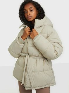 Shop NLY Trend Precious Puffer Jacket - Beige - Nelly.com Cool Jackets, Jackets For Women, Winter Jackets, Shop Till You Drop, Puffer Jackets, Bra Sizes, Winter Coat, New Outfits, Party Dress