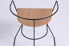Sergey Senchin, designer industriel ukrainien, présente Patricius 1, une chaise minimaliste rappelant l'âge d'or de l'Empire romain.  #design  #chaise #mobilier #vintage #tendance