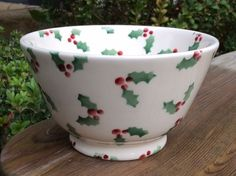 Little Holly Small Old Bowl for Collectors Club 2016 Painted Pottery, Pottery Painting, Ceramic Painting, Pottery Designs, Pottery Ideas, Christmas Plates, Christmas Decorations, Pottery Cafe, Emma Bridgewater Pottery