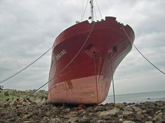 Cargo vessel Grenland aground in Aviles' port entrance. It was scrapped on site. Feb'2006. Germán Erostarbe
