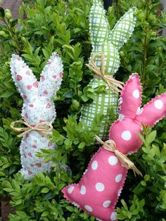 des lapins originaux en tissu blanc, vert et rose