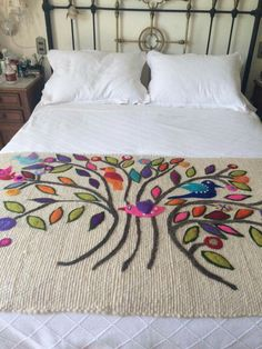 Risultati immagini per bordado mexicano patrones pie de cama Hand Embroidery Designs, Embroidery Art, Embroidery Stitches, Embroidery Patterns, Bed Runner, Cool Beds For Kids, Mexican Embroidery, Cushions, Pillows