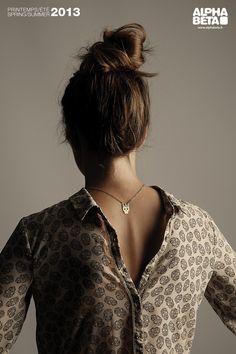 Fransız tasarımcı Ségolène Savoff'un modern sanata olan tutkusundan doğan Alphabeta, sadeliği ve kalitesi ile ilk gördüğünüz anda sizi içine çekecek! Patti Smith gibi müzik ikonlarından aldığı ilhamı sanatsal vizyonuyla birleştiren Alphabeta, Bilstore'larda yer alan koleksiyonu ile abartıdan uzak, doğal tarzını ön plana çıkartıyor.