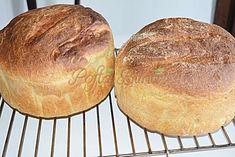 """Paine pufoasa de casa cu malai si cartofi este o reteta traditionala, taraneasca, simpla si satioasa, se face in mai multe zone ale Romaniei. Este o paine moale, pufoasa, de o superba culoare aurie si cu un gust de poveste. La tara, painea aceasta se coace in cuptoarele cu lemne, in ,,tavale"""" mari, captusite cu frunza de varza sau unse cu untura. Doamne, ce buna este!!! Se mentine moale mai bine de o saptamana, iar malaiul ii da o savoare fantastica :) My Recipes, Bread Recipes, Cooking Recipes, Healthy Recipes, Healthy Food, Baked Goods, Bakery, Deserts, Food And Drink"""