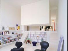 ห้องนอนลอยฟ้าหันหลังให้กับพื้นที่ห้องนั่งเล่น จึงไม่มีความจำเป็นต้องสร้างผนังกั้นหรือประตูเปิด-ปิด เพื่อความเป็นส่วนตัวแต่อย่างใด