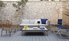 Decoração do apartamento do arquiteto Olegário de Sá. Na varanda, parede de tijolinhos, balanço, plantas, sofá branco e adornos.    #decoracao #decor #design #OpenHouse #casadevalentina