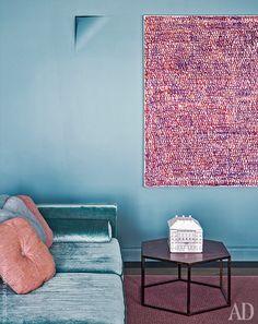 Фрагмент гостиной. Диван, Polsit 1959, обтянут бархатом Jab Anstoetz. На стене картина художника Серджи Барнилса. Столик сделан на заказ. Ковер, Kasthall. Настенное бра, Buzzi & Buzzi.