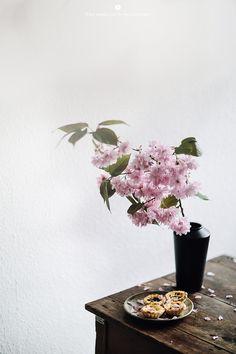 Breakfast talks - Pastel de nata with Margarida I met Margarida through Sanda during my stay in Lisbon. Flower Power, My Flower, Organic Living, Floral Bouquets, Flower Vases, Breakfast Dessert, Food Styling, Food Inspiration, Planting Flowers