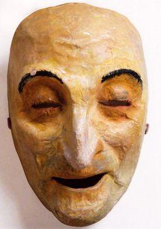 """Máscara de """"Os vellos non deben de namorarse""""; Xullo, 1941; papel pintado, 22 x 15 x 11 cm., Museo de Arte Contemporánea Carlos Maside (Sada, A Coruña):"""