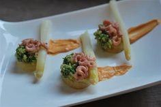 gestoomde aardappelen met asperges en grijze garnalen in de microgourmet