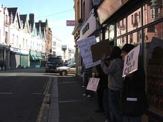 File:February 2008 Anti-Scientology protest 01.jpg - Wikimedia Commons