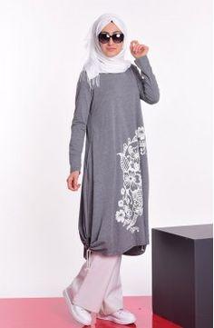 Sefamerve, Baskılı Penye Tunik 6023-06 Gri Islamic Fashion, Muslim Fashion, Asian Fashion, Sporty Outfits, Modest Outfits, Fashion Outfits, Turkish Hijab Style, Muslim Dress, Hijab Chic