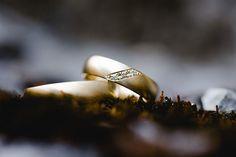 Tolle Eheringe in Gold. Foto: Ben Kruse