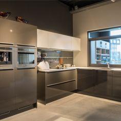 Hoekkeuken uit de Huyscollectie van Van Wanrooij keuken, badkamer & tegel warenhuys in de moderne woonstijl. De keuken beschikt over een kunststof werkblad en een geïntegreerde spoelbak. Compleet met luxe inbouwapparatuur van Bauknecht http://www.vanwanrooij-warenhuys.nl/product/huyscollectie-keuken-bu/