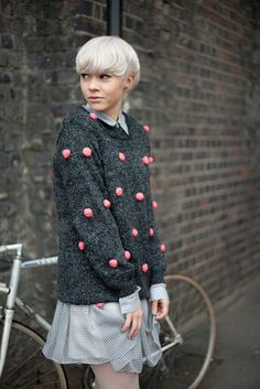 Pink Pom-pom Grey Jumper, very fashion forward hairstyle, gorgeous in the model Fashion Mode, Look Fashion, Winter Fashion, Fashion Trends, Womens Fashion, Pom Pom Jumper, Mode Style, Style Me, Moda Crochet