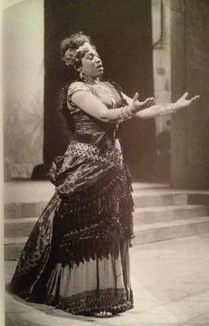 Leontyne Price as Aida. La Scala 1963 . Directed by Franco Zeffirelli and designed by Lila de Nobili. De Nobili used opera productions from the 1880s as inspiration for the costume designs.