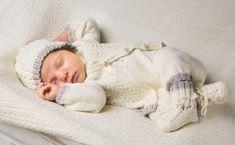 Sticka vårt klassiska babyset med kofta, hängselbyxa, sockor och mössa. Roligt att ge och uppskattat att få. Baby Barn, Textiles, Baby Sweaters, Baby Knitting Patterns, Baby Sewing, Crochet Baby, Children, Kids, Diy And Crafts